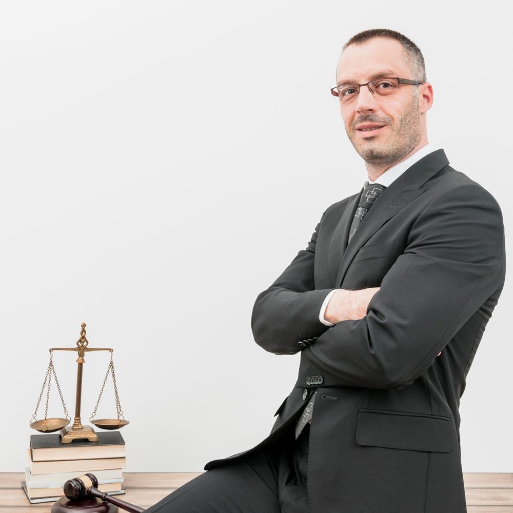 Advogado pensando em marketing jurídico
